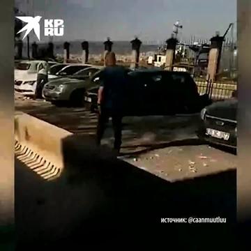 Удачно припарковался - кусок моста упал рядом с машиной