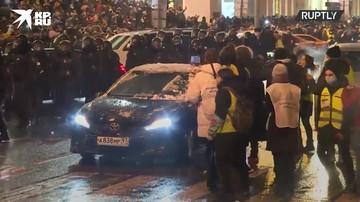 На несанкционированной акции протеста в Москве разбили машину ФСБ