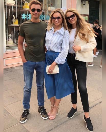 Инна Маликова с сыном и его девушкой
