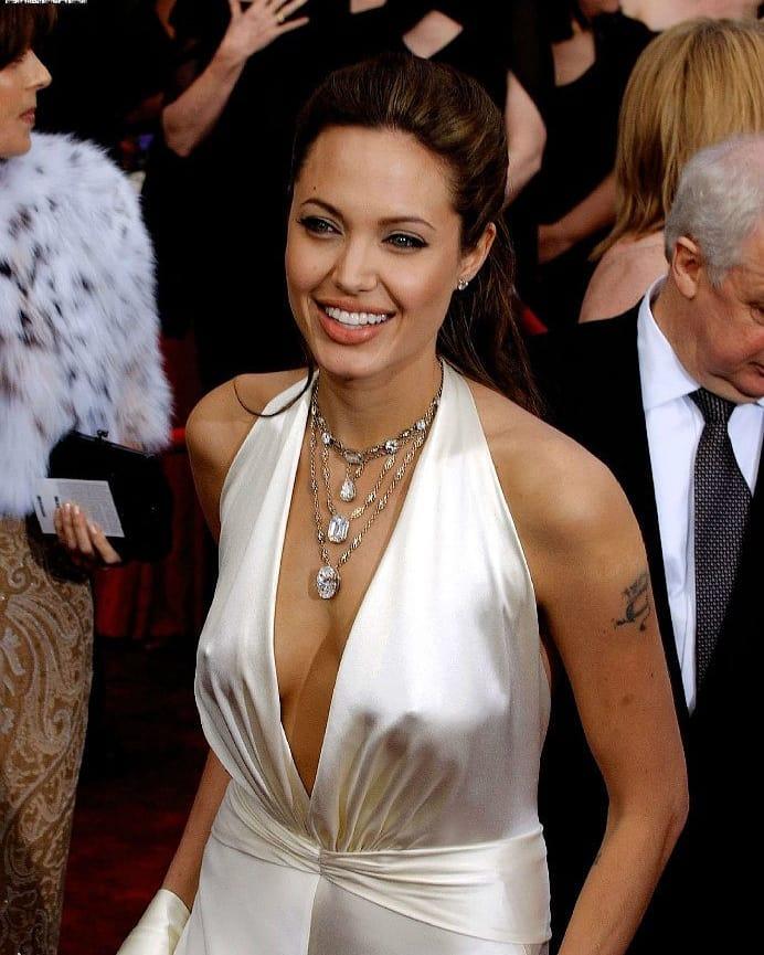 """Жемчужное платье с декольте и голой спиной, в котором Анджелина Джоли появилась на церемонии 2004 года, было признано лучшим нарядом с красной дорожки за все время существования """"Оскара"""""""