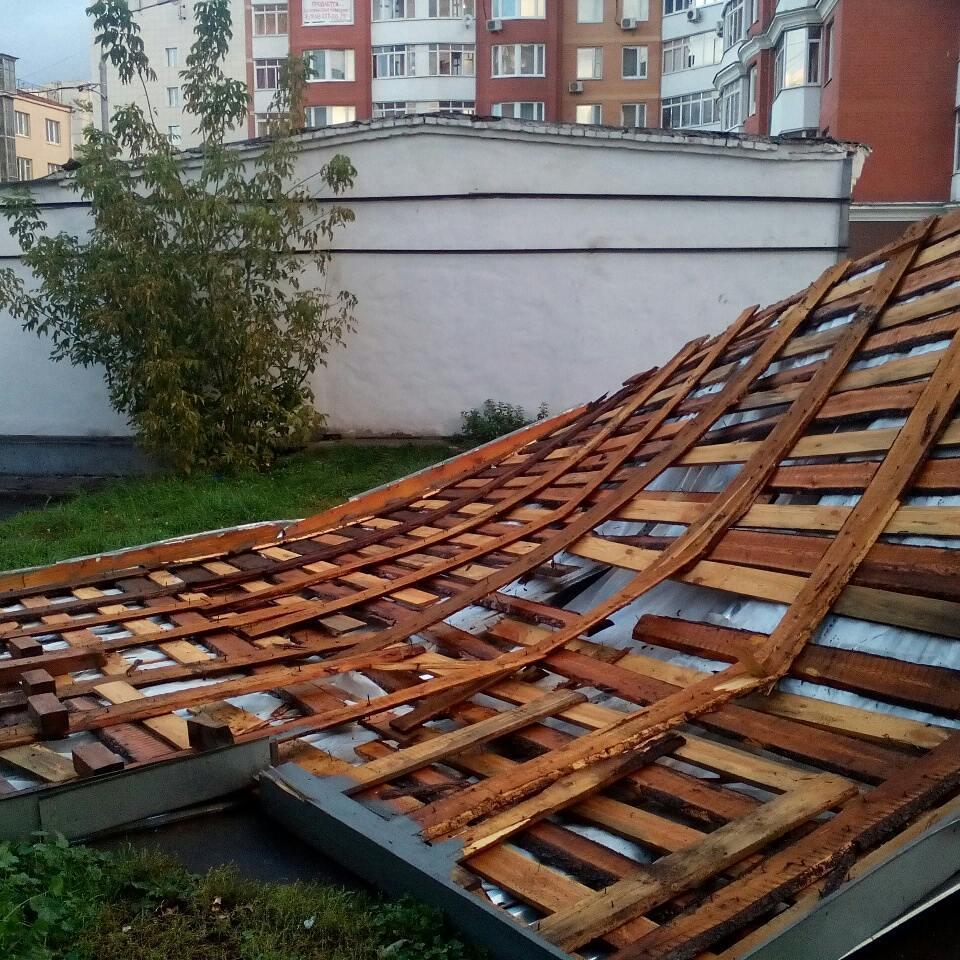Снесло крышу. Последствия сегодняшнего урагана #ураган #москва #крыша #люсиновская #ветер