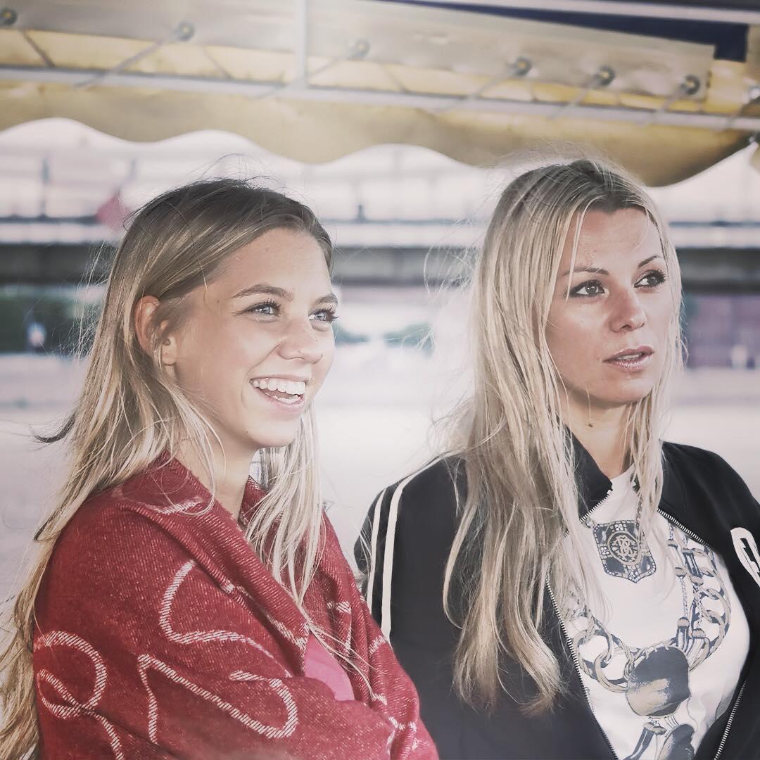 На этой фотографии ,мы с Алисой смотрим в одном направлении !!!!