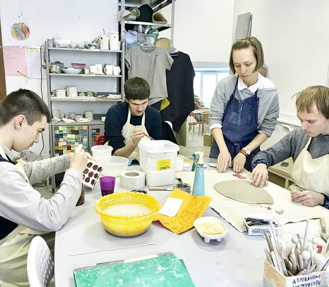 В мастерских на стене висит расписание, в котором особые мастера отмечают, в какой мастерской они работают сегодня. Ребята сами могут выбрать, как поделить свой день: работать ли до обеда в графической мастерской, а после шить или лепить, или наоборот.