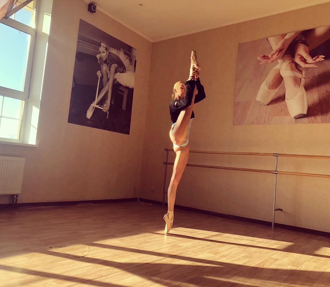 В 5 лет произошло судьбоносное событие моя мама привела меня в Мариинский театр на балет Щелкунчик , после которого я решила, что стану знаменитой балериной!
