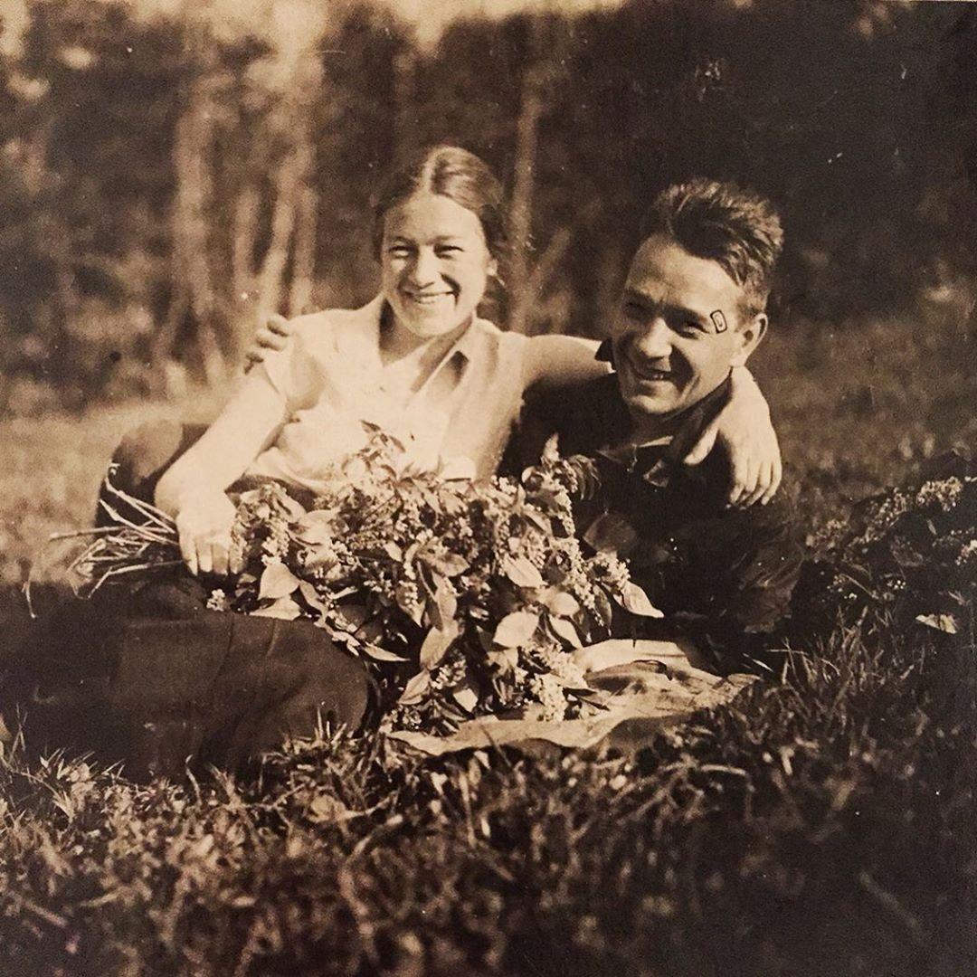 Это мои бабушка Катя и дедушка Миша. Счастливые! Спасибо Вам!