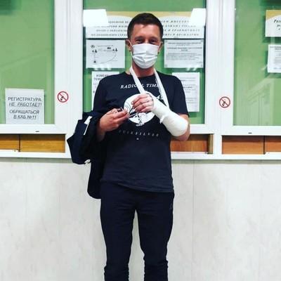 """Режиссеру Ксении Собчак Сергею Ерженкову во время """"битвы"""" в монастыре сломали кисть руки."""