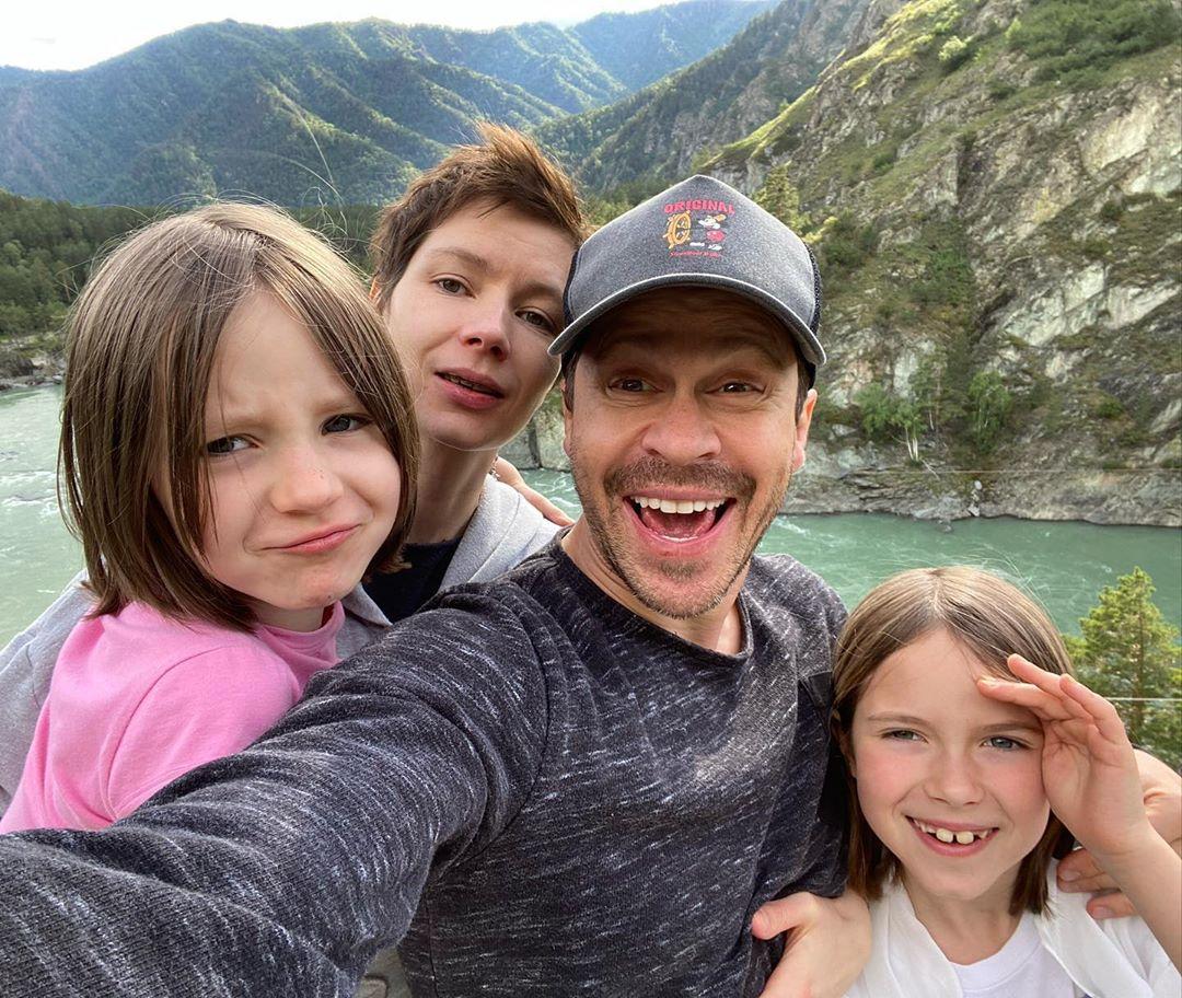 Павел Деревянко показал детям Алтай. И явно этому рад. Фото: pablo_derevyanko/Instagram