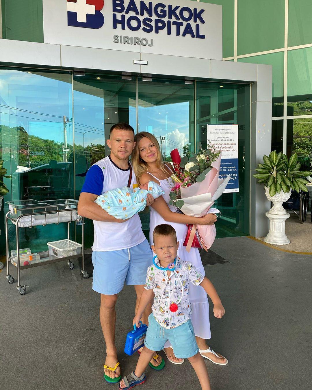 Забрал своих домой Скоро полетим на Родину took his home #семья #