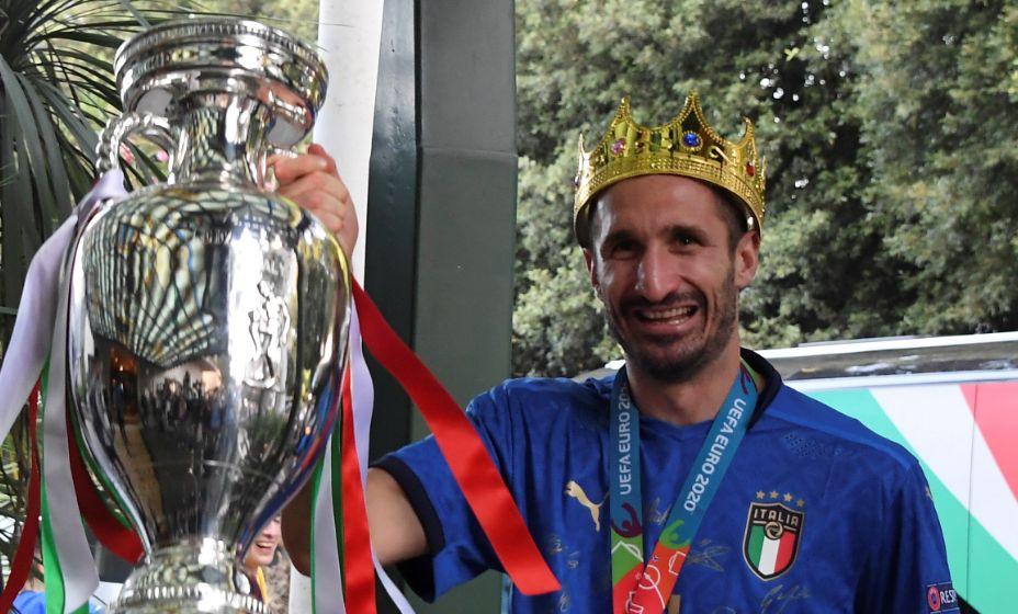 Джорджо Кьеллини прибыл из Лондона с Кубком Европы и в короне. Фото: Reuters