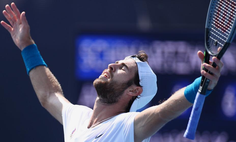 Российский теннисист Карен Хачанов во время поединка отвлекается на протесты японцев. Фото: Reuters