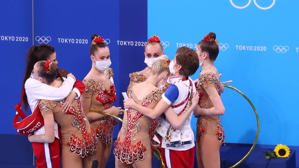 Тренеры сборной России обнимали спортсменок после выступления на Олимпиаде. Фото: REUTERS